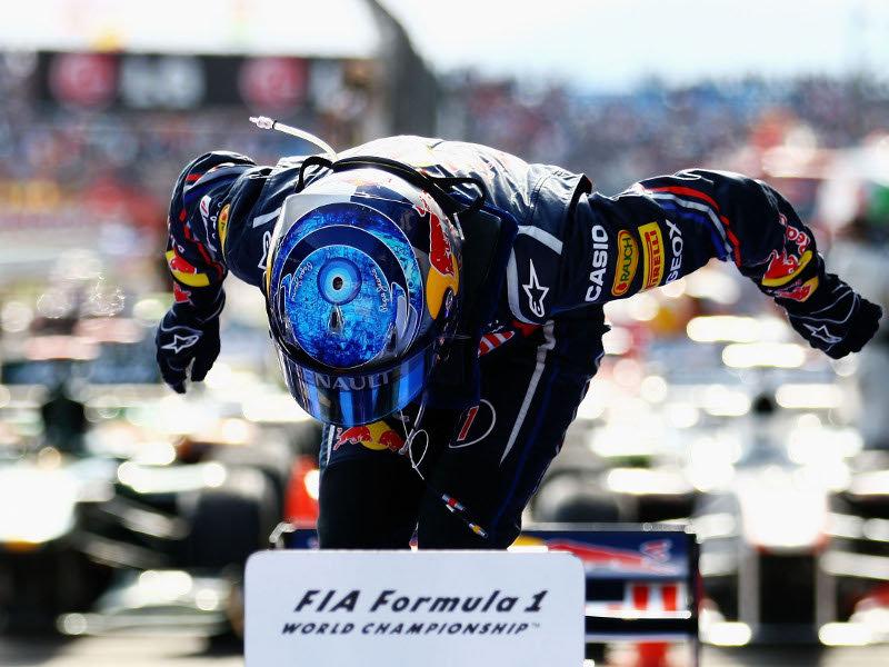Себастьян Феттель вылазит из болида Red Bull после победы на Истамбул-Парке Гран-при Турции 2011