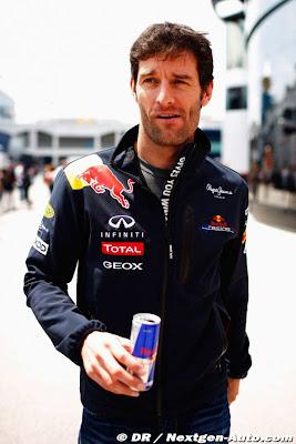 Марк Уэббер идет по паддоку Истамбула с банкой Red Bull на Гран-при Турции 2011