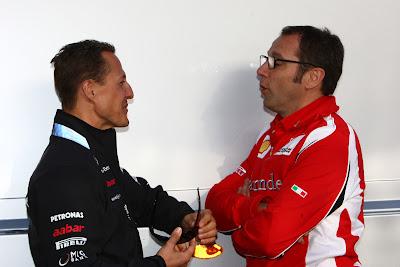 Михаэль Шумахер и Стефано Доменикали обсуждают что-то на Гран-при Турции 2011