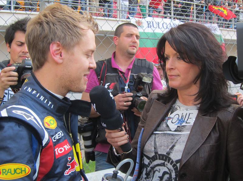 Себастьян Феттель дает интервью немецкому репортеру Sky Тане Бауэр на Гран-при Турции 2011