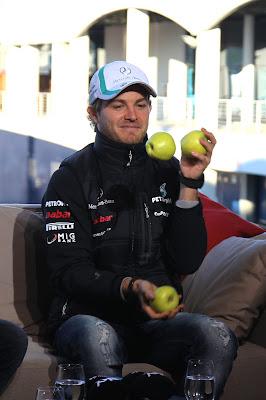 Нико Росберг жонглирует яблоками на Гран-при Турции 2011