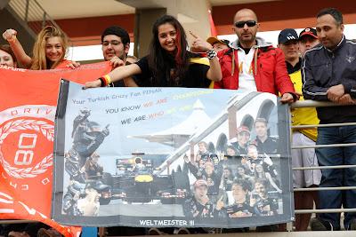 болельщица Себастьяна Феттеля PINAR с плакатом на Гран-при Турции 2011