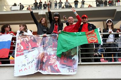 болельщицы Фелипе Массы Bensu и Nazli на трибунах Истамбул-Парка на Гран-при Турции 2011