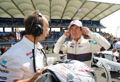 Камуи Кобаяши с механиком Sauber на стартовой решетке Истамбул-Парка на Гран-при Турции 2011
