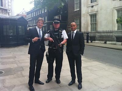Дженсон Баттон и Льюис Хэмилтон с дорожным инспектором в Лондоне 11 мая 2011