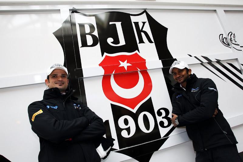 Витантонио Льюцци и Нараин Картикеян на фоне эмблемы футбольного клуба Бешикташ2011