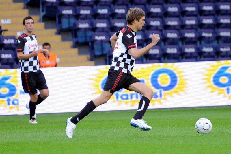 Виталий Петров ведет мяч на турецком поле