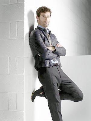 Марк Уэббер с поднятой ногой на фотосессии 2011