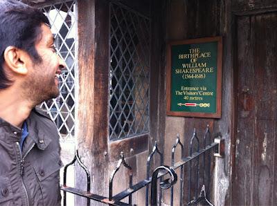 Нараин Картикеян на фоне дома где родился Шекспир в Стратфорде-на-Эйвоне
