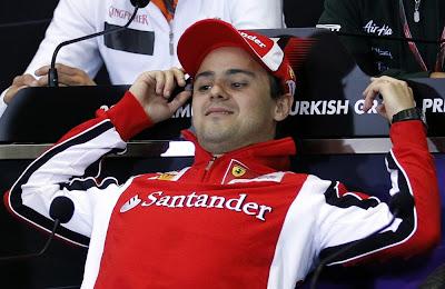 Фелипе Масса с поднятыми руками на пресс-конференции в четверг на Гран-при Турции 2011