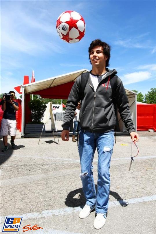 Серхио Перес с футбольным мячом в паддоке на Гран-при Испании 2011