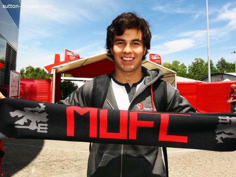 Серхио Перес с шарфом Manchester United на Гран-при Испании 2011