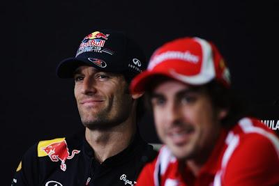 Фернандо Алонсо и Марк Уэббер улыбаются на пресс-конференции на Гран-при Испании 2011