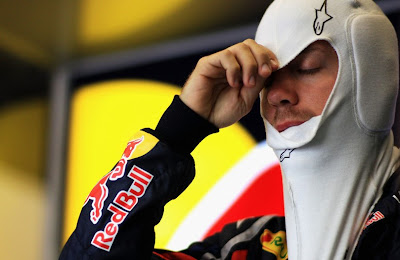 Себастьян Феттель надевает подшлемник на свободных заездах на Гран-при Испании 2011