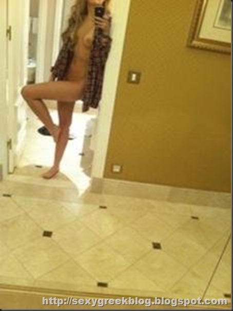 miley-cyrus-leaked-topless-phone-pix-december-2-2010-olsen-twins-news-com-224x300