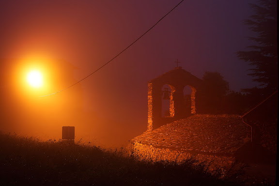 Sant Marcel de Planés, església romànica  construïda a finals del segle XI, amb una sola nau amb absis i campanar de cadireta Té les teulades de llosa antiga i el seu absis mostra una planta de ferradura o arc molt obert a l'interior.Planoles, Ripollès, Girona