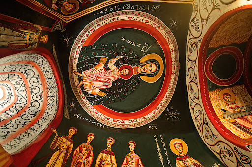 Església de Sant Quirze de Pedret, preromànica, s. IX i X, amb aportacions d'època romànica. Conté la reproducció d'importants pintures murals dels segles X i XII (propietat de l'Ajuntament de Berga). A l'absidiola del sud, trobem una reproducció de les pintures romàniques que varen ser traslladades al MNAC el 1922. S'ha fet una simulació del seu estat original amb els vius colors que devien tenir fa 1000 anys. Representen un màndorla que envolta una imatge entronitzada de la Mare de Déu del Nen, a l'esquerra de la finestra hi ha la paràbola de les verges prudents i a la dreta, les verges nècies i l'Església personificada. La part inferior està decorada amb greca i cortinatges.Cercs, el Berguedà, Barcelona