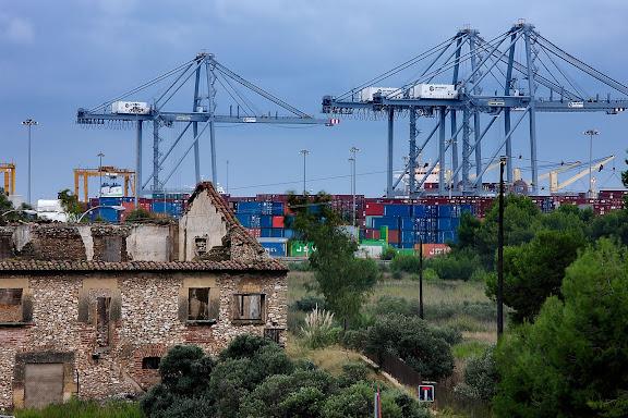 Mas enrunat al costat de l'autovia de Tarragona a Salou (C-31B), al fons el port de Tarragona.Tarragona, Tarragonès, Tarragona