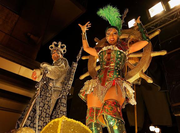 Entrada a la ciutat del Carnestoltes XXX, la Concubina XVII —amb les seves carrosses presidides pels Ninots—, els Sèquits i els concubinats respectius, acompanyats dels penons i estendards. Carnaval. Tarragona, Tarragonès, Tarragona