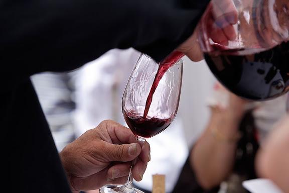 """Tast amb llops, """"tast de vins de poble"""" de la DOQ Priorat dins la XIII Fira del Vi de Falset, Mostra de vins de la comarca del Priorat, Gratallops, Priorat, Tarragona"""