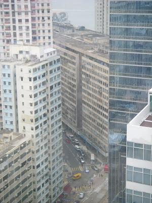 高層ビルに囲まれた道路
