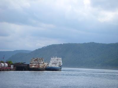 停泊する船