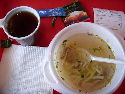 紅茶とマカロニ入りスープ