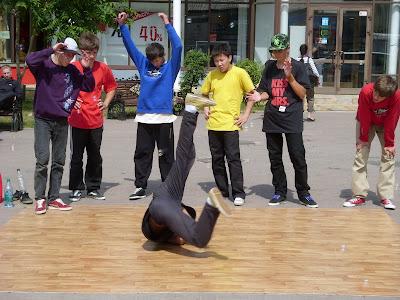 ブレイクダンスをする少年