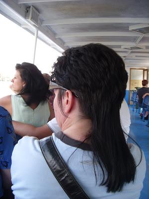 うしろ髪が長い人