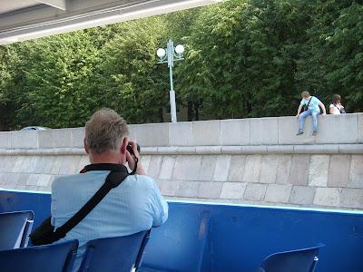 船からふたりの写真を撮るオッサン