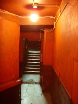 古ぼけた建物の入り口