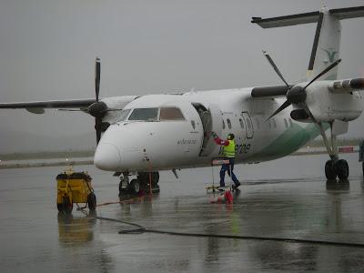 雨に濡れるプロペラ機