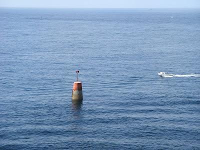 海中に立っている灯台