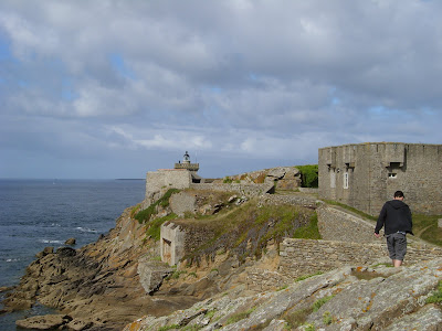 灯台の建物と石垣