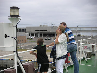 甲板から稚内の街を見るロシア人家族