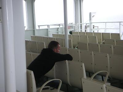 甲板のいすに座るロシア人