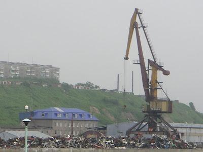 ゴミ捨て場と巨大クレーン