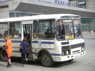 ぼろぼろの路線バス