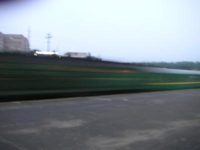 ホームを通過する列車