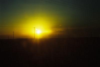 砂漠に落ちる夕日