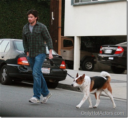 18588_Tom_Welling_Walking_his_dog_i