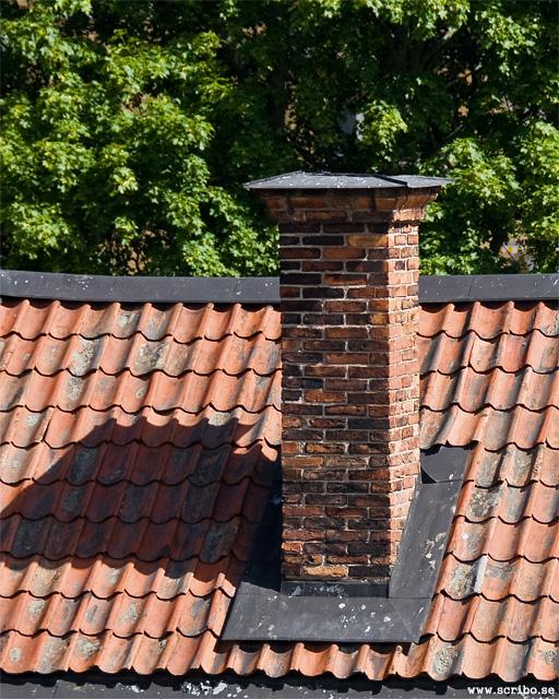 En vacker skorsten i tegel på ett tak i Uppsala