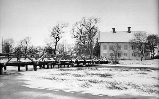 Fyrisvall 1943 som visar den gamla träbron som ersattes på 50-talet