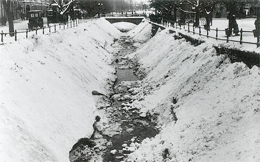 Gammal bild då snöröjarna kört ner snön i Fyrisån vid Fyristorg