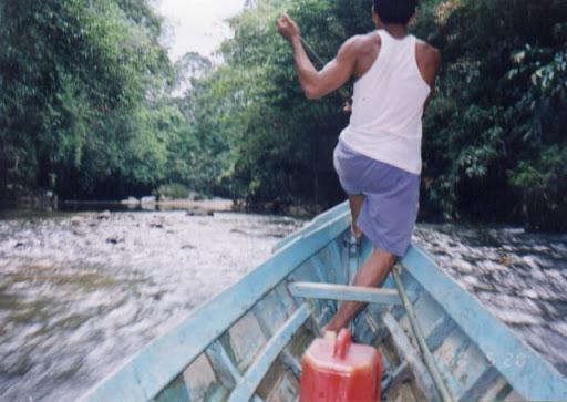 Seorang Taken sedang membantu mengarahkan laju Perahu