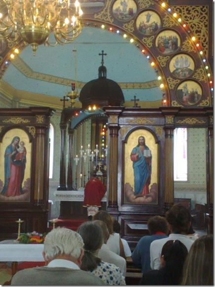 23. Celebrante inclina-se em adoração após a Consagração