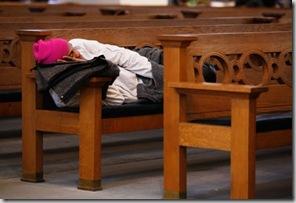 150 sans-papiers se sont installés dans la Predigerkirche de Zürich (Keystone)