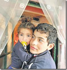 Ce jeune Rom et sa petite soeur n'ont pas la résignation constatée chez de nombreux adultes de leur village. Leurs camarades et eux auront peut-être droit à une vie meilleure et à une part du boom économique roumain aperçu sur la télévision familiale. Cerat, le 21 janvier 2009