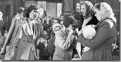 Réfugiés hongrois en 1956. La Suisse en avait accueilli près de 12'000. Buchs, 8 novembre 1956 (Keystone)
