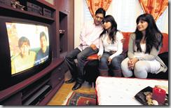 Grâce aux images télévisées, Isabel Basantes replonge dans l'épisode pénible de 2001 où elle était interpellée par un policier pulliéran. C'est en famille qu'elle savoure aujourd'hui son nouveau statut.(Photo Florian Cella).